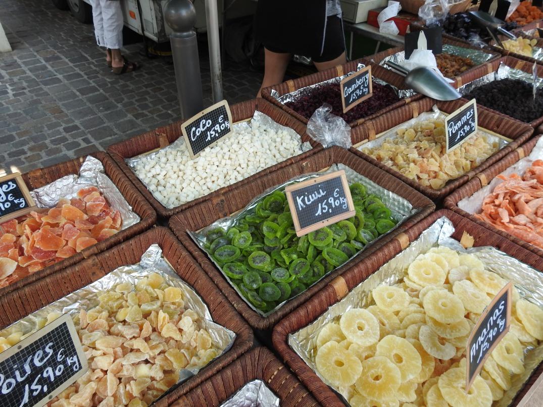 Torkad frukt på marknad i Marseillan